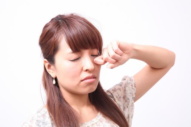目の下のたるみの原因と解消法