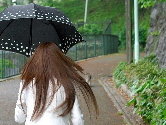 髪の広がりやうねりなどくせ毛を抑える7つの方法