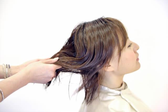 髪に潤いを与えるトリートメントの正しい使い方