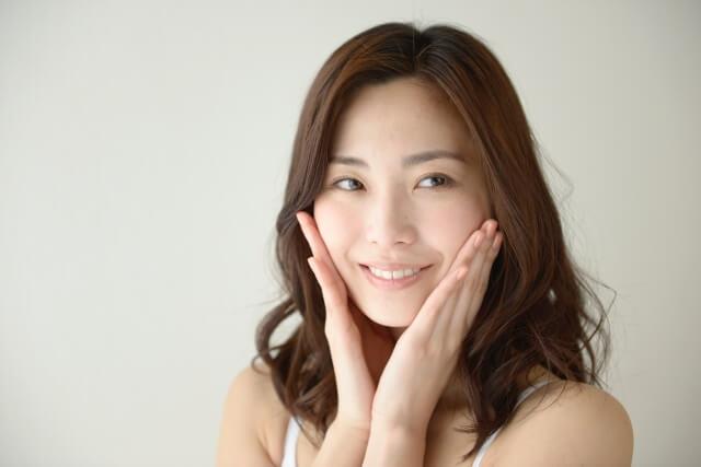 顔のしわを消す12個の対策法