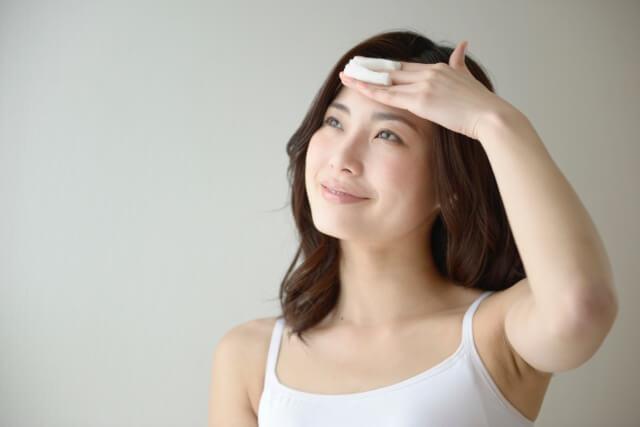 おでこの黒ずみや開きを改善する6つの毛穴の対策法