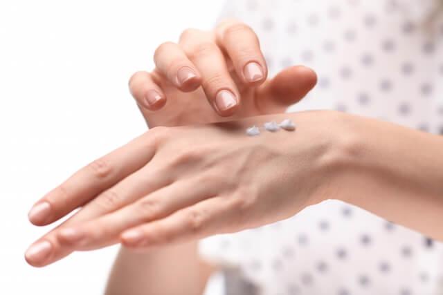 手の甲のシミを消し年齢を若返らせる6つのケア方法