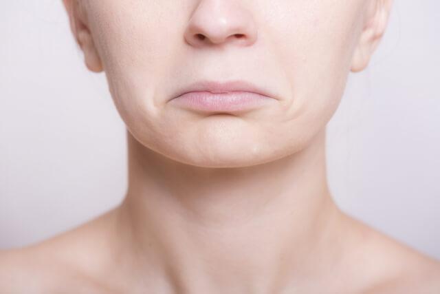 唇が荒れたりひび割れる原因