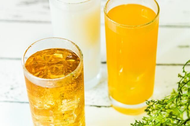 むくみを解消する14の飲み物とは