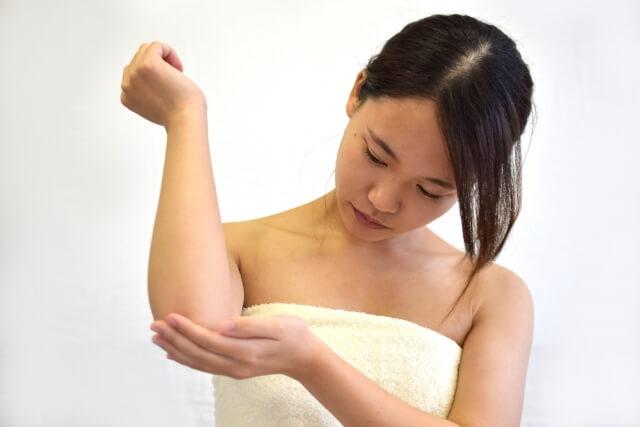 肘の黒ずみを消す方法!簡単にできる6つの改善法とは