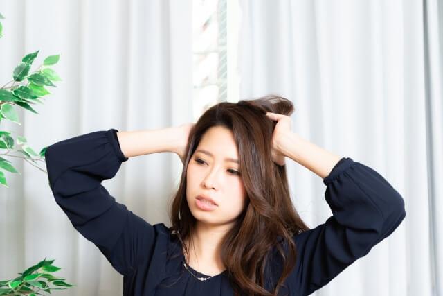 梅雨の髪の毛のうねりや広がりの原因