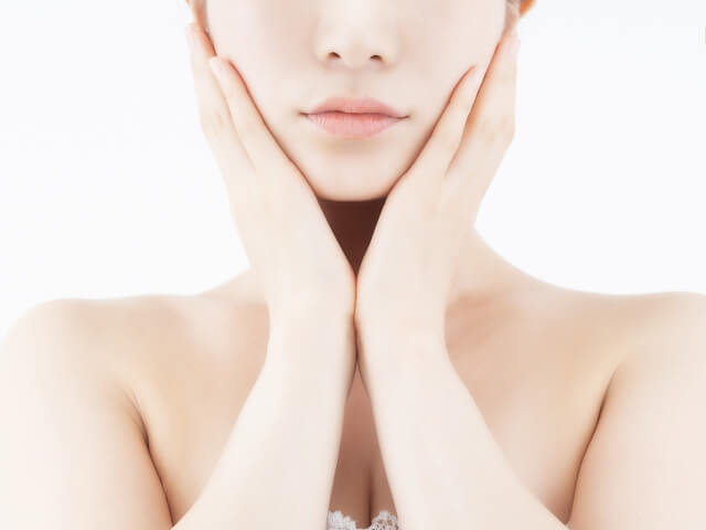マッサージで顔の血行を促進する